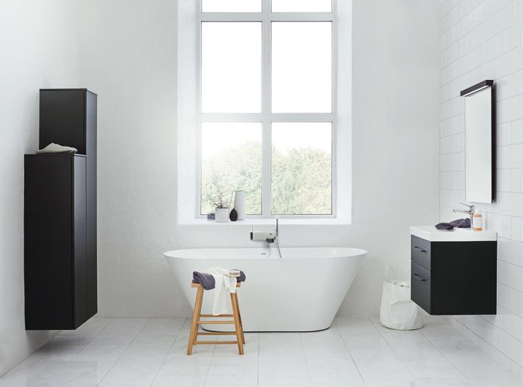 Idee bagno modero piccolo con vasca e armadietto di legno colore nero, piastrelle bianche sulle pareti e il pavimento