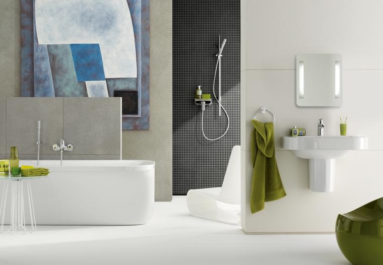 Sanitari da bagno in monoblocco di colore bianco, piastrelle di grès porcellanato per pareti e pavimento