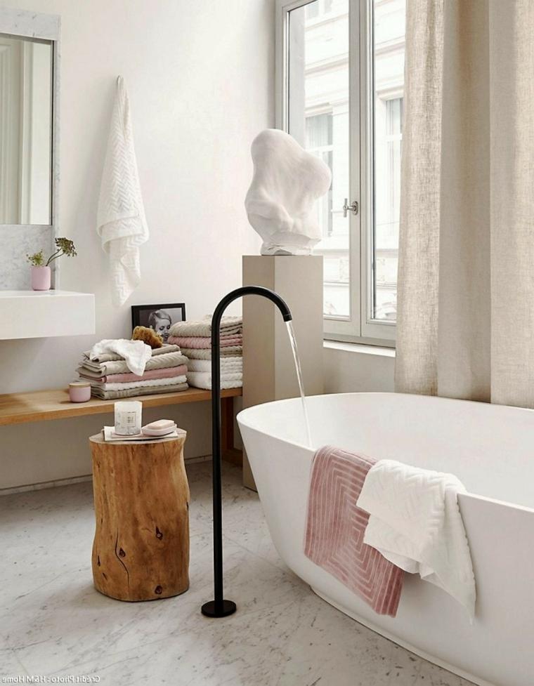 Sala da bagno con vasca freestanding, sala da bagno con panchina in legno