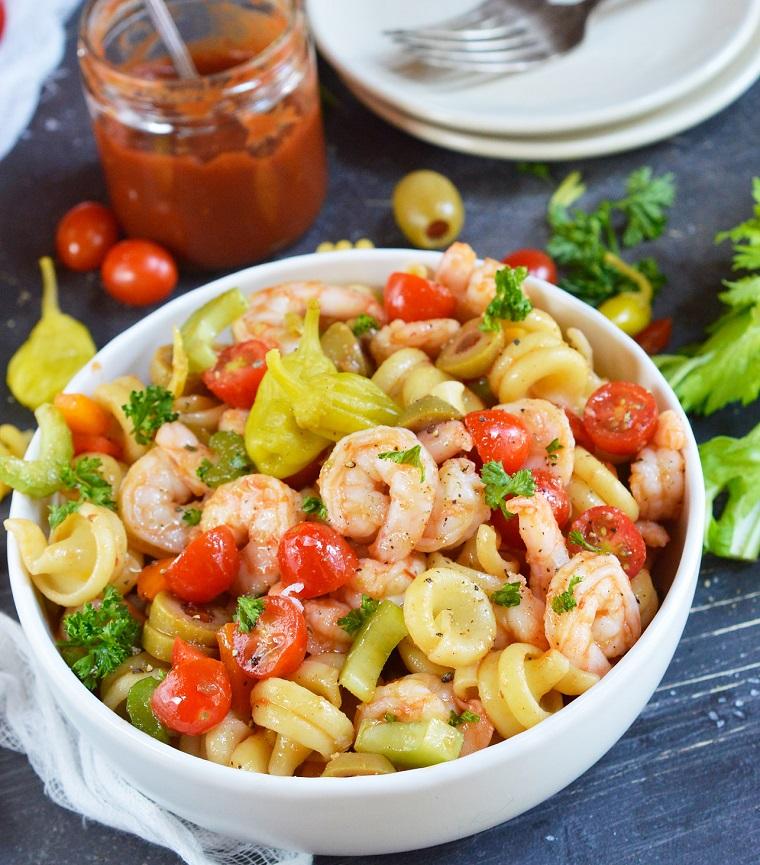 Spaghetti come insalata con broccoli e pomodorini, pasta fredda in ciotola e verdure