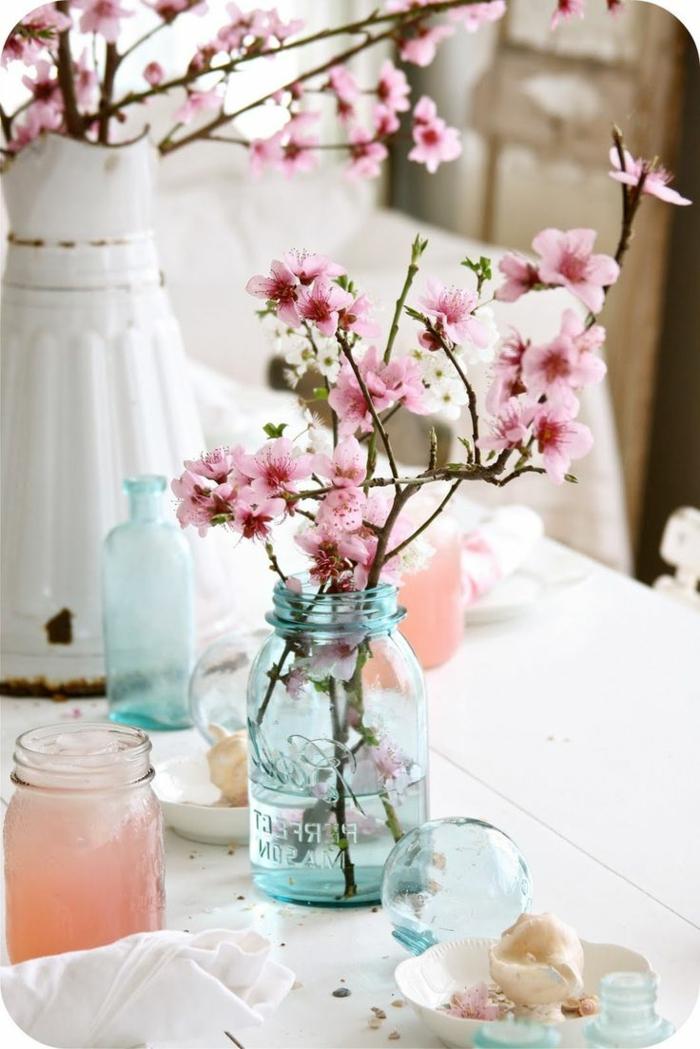 Decorazioni tavola con un barattoli di vetro e fiori, vaso grande di porcellana stile vintage