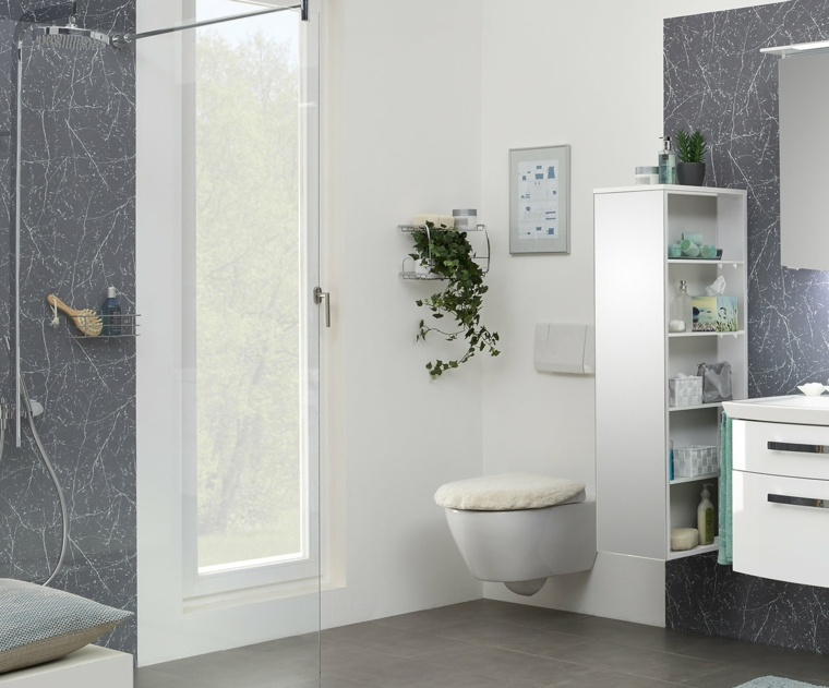 Sala da bagno con mobile lavandino sospeso, bagno con box doccia e porta di vetro