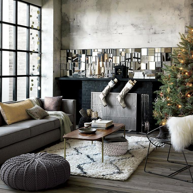 zona living con divano, puff, pareti color tortora, albero di natale addobbato