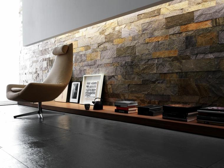 poltrona dal design moderno marrone chiaro con supporto in acciaio, mensola a terra in legno e pareti rivestite in pietra