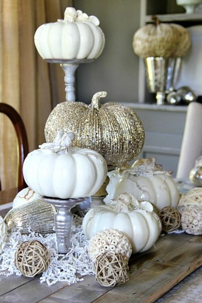 Centrotavola con zucche decorate e dipinte con della vernice bianca