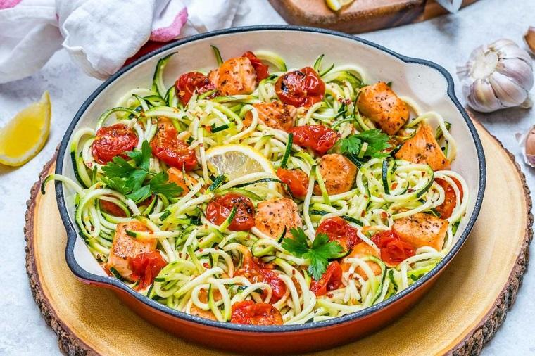 Secondi piatti estivi, filetto di salmone tagliato a pezzettini con pomodorini e zucchine