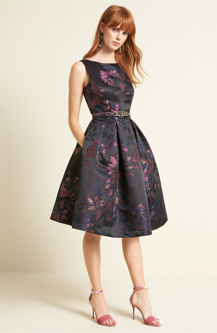 Vestito di colore scuro con parte inferiore a ruota, come vestirsi ad un matrimoni di sera