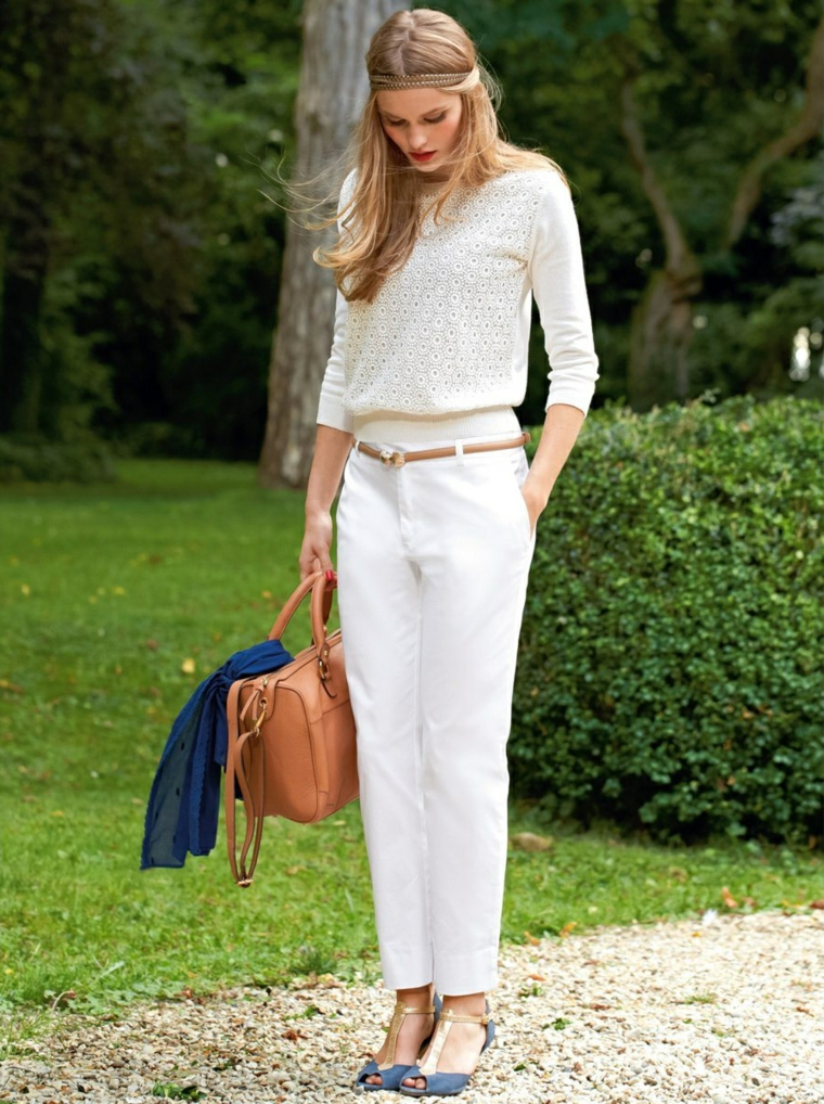 Vestito invitata matrimonio, idea abbigliamento con pantalone chino bianco e maglietta
