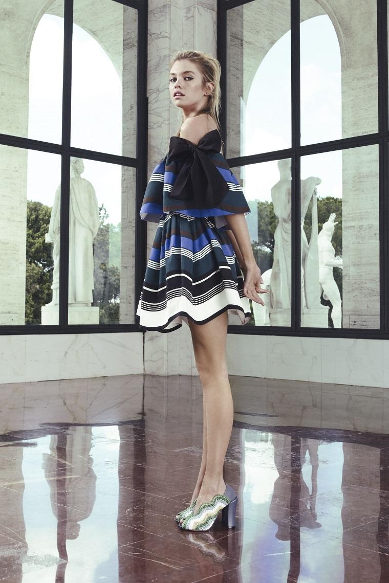 Vestiti eleganti e un'idea con abito a ruota di colore blu, nero e bianco