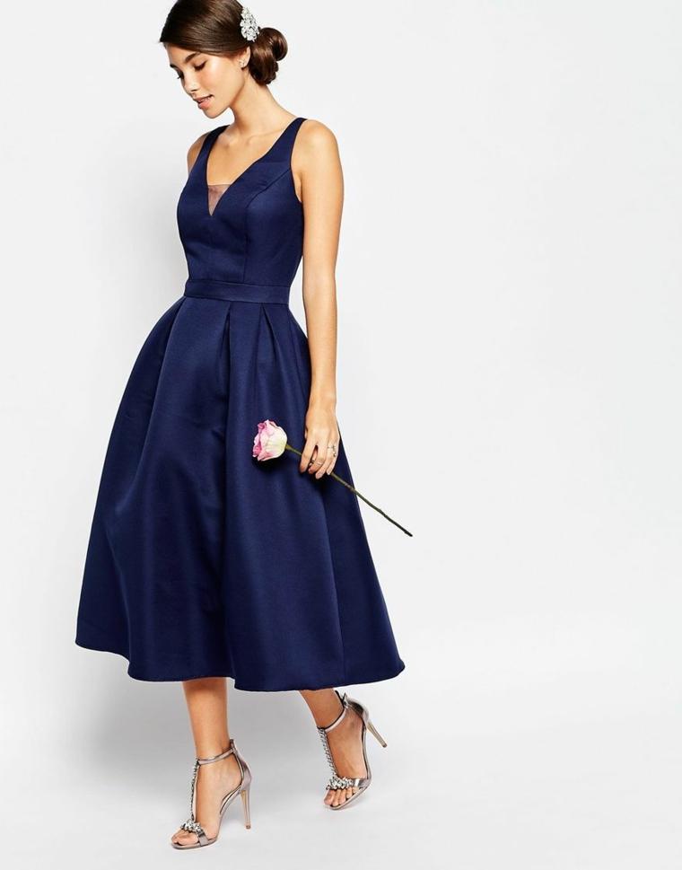 Come vestirsi ad un matrimonio con un vestito a ruota di colore blu e scollatura a V