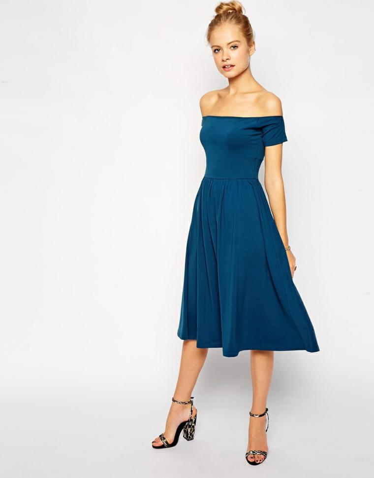 Vestito invitata matrimonio di colore blu con spalle scoperte e parte inferiore a ruota