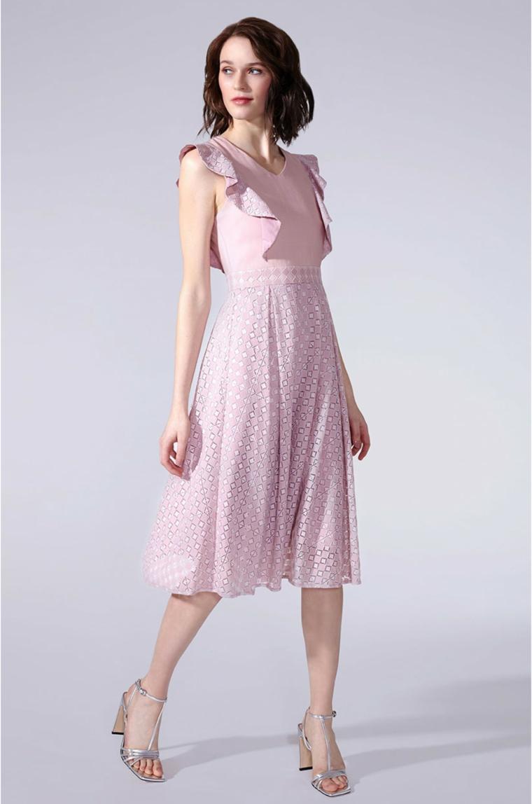 Vestito di colore rosa con gonna a ruota e top con vollant, abito invitata matrimonio