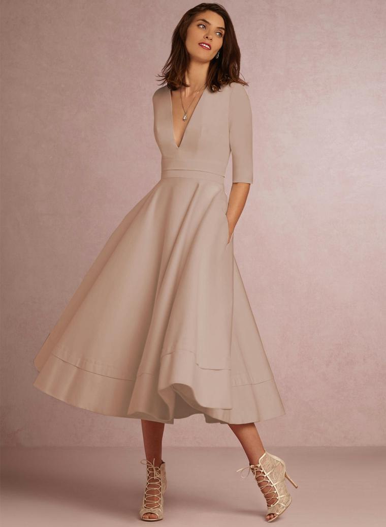 Vestito elegante per un matrimonio di colore beige con scollatura e parte inferiore a ruota