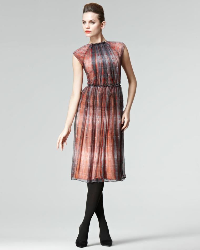Vestito elegante per matrimonio colorato abbinato a collant nere e tacchi alti