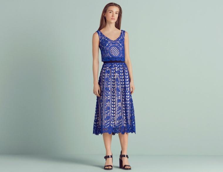 Come vestirsi matrimonio mattina con un vestito midi di colore blu con leggera scollatura