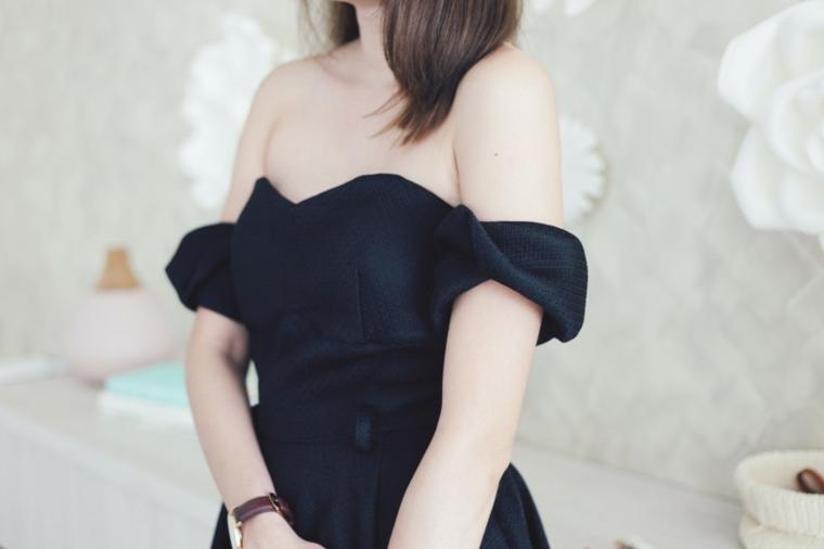 Vestito di colore nero con spalle scoperte e vita alta con parte inferiore a ruota