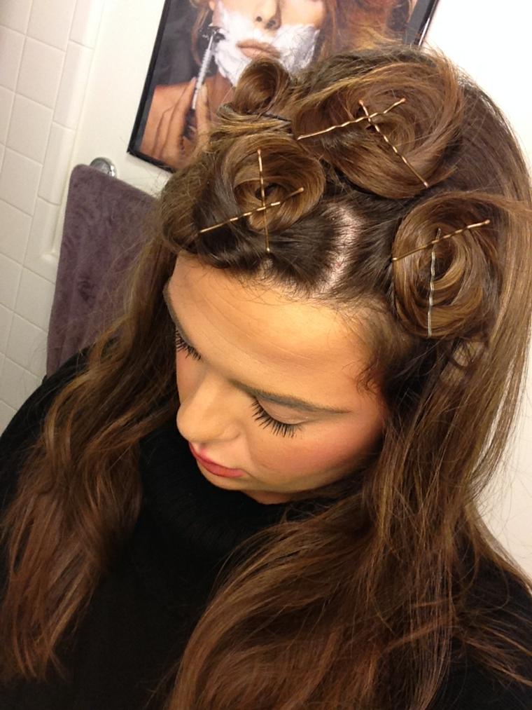 capelli castani lunghi, idea per realizzare un'acconciatura mossa con le forcine
