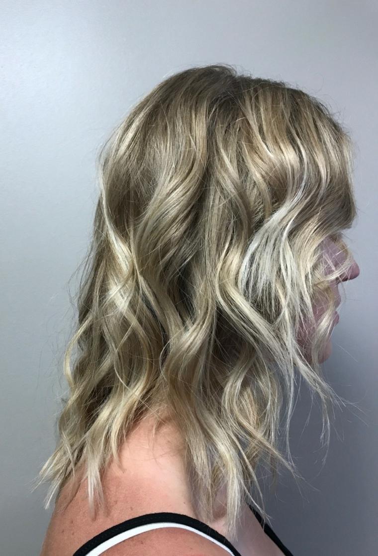 capelli medio lunghi con un'acconciature a onde di tendenza, capelli balayage biondo