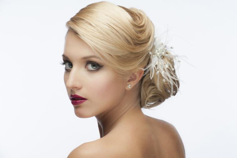 migliore idea per un trucco sposa bionda con rossetto color ciliegia e matita sopra e sotto gli occhi azzurri