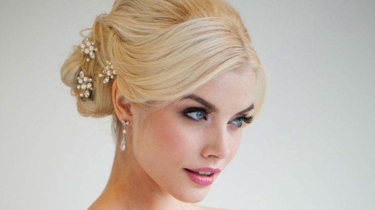 elegante look make up sposa con capelli biondi e occhi azzurri valorizzati dalla matita nera