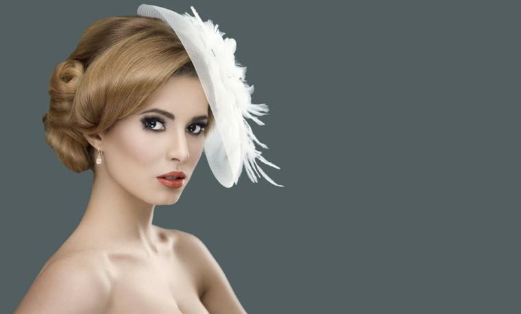 elegante immagine per trucco e parrucco sposa con un cappellino bianco, rossetto color mattone e matita nera