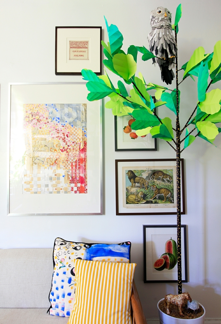 Idea per dei lavoretti con la carta, albero finto con foglie verdi di cartone e decorato con gufo