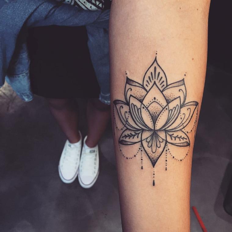 Mandala significato di un tatuaggio fiore di loto sull'avambraccio di una ragazza