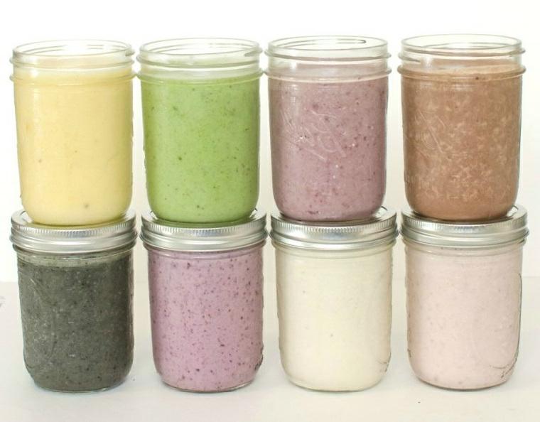 Frullati di frutta per dimagrire serviti in barattoli di vetro con tappi di metallo