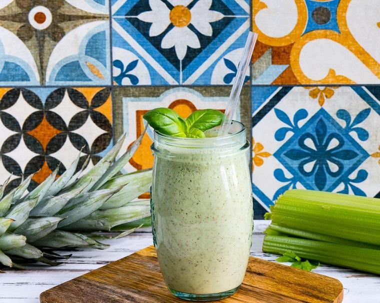 Frullati detox e un'idea con uno smoothie a base di basilico, sedano e ananas