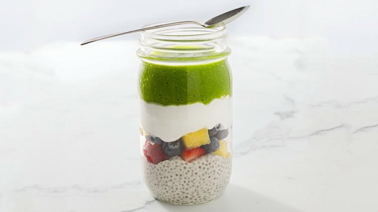 Ricette frullati a strati in barattolo con frutta a pezzettini e yogurt come base