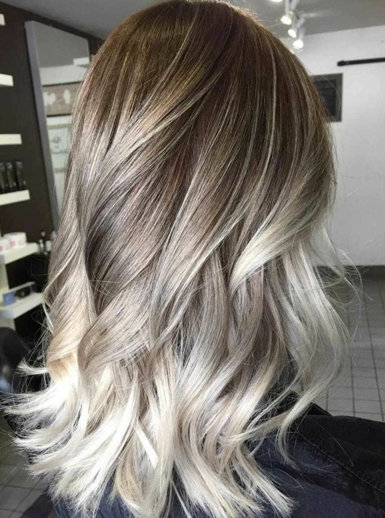 migliore proposta per balayage capelli biondo nella tonalità artica, piega ondulata