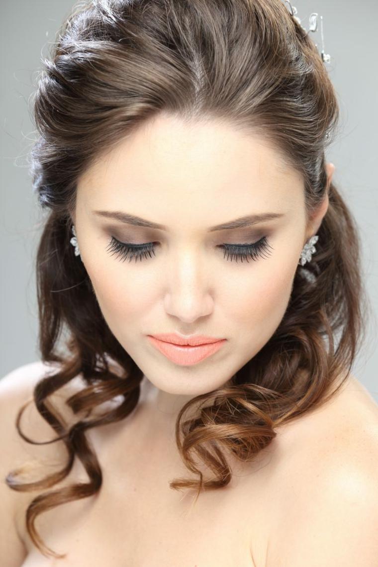 esempio di trucco matrimonio sposa con rossetto arancio, ciglia finte e ombretto antracite