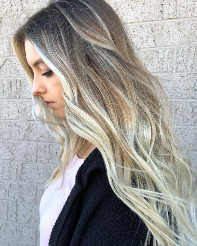 capelli lunghi e folti con un'acconciatura leggermente ondulata e balayage biondo cenere