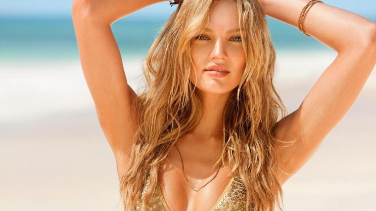 capelli biondi lunghi con delle morbide onde ragazza in spiaggia, capelli mossi come farli