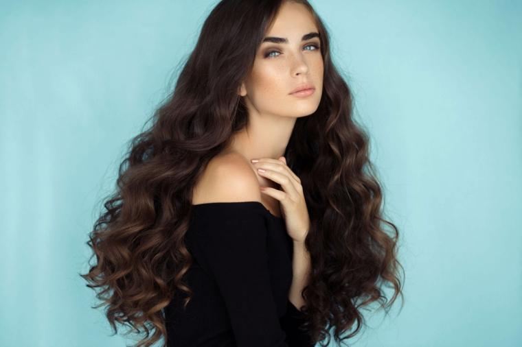 idea per come fare i capelli mossi naturali, ragazza con i capelli lunghi castano scuri