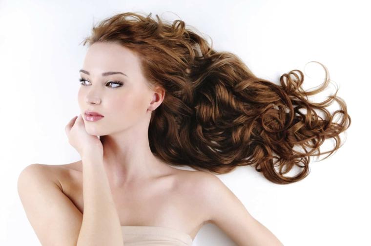 sfumatura ramata scura e capelli molto lunghi, esempio per fare i capelli mossi