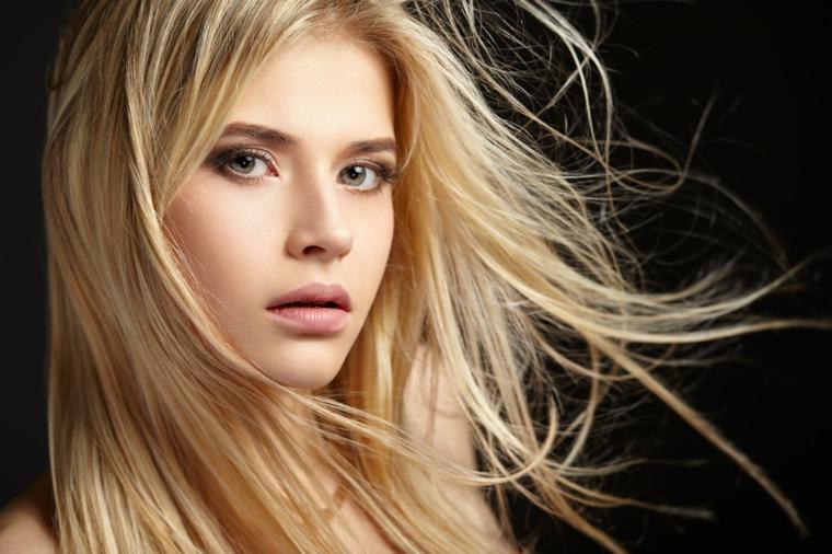 capelli lunghi e lisci, splendida ragazza con gli occhi verdi e le labbra carnose, idea balayage biondo miele