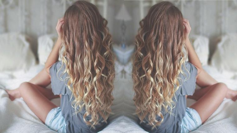 magnifici capelli biondi lunghi con le punte più chiare, capelli mossi come farli