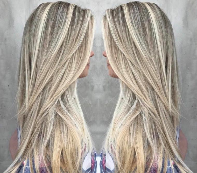 ragazza di profilo con degli splendidi capelli lunghi con una piega liscia e balayage miele