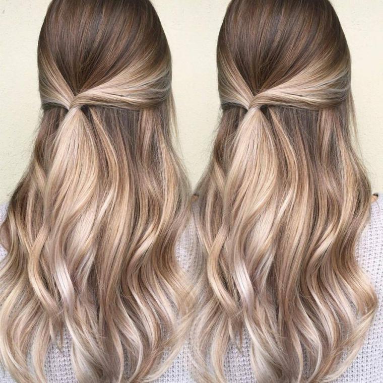 splendidi capelli lunghi con un semi raccolto morbido e delle onde, tecnica balayage