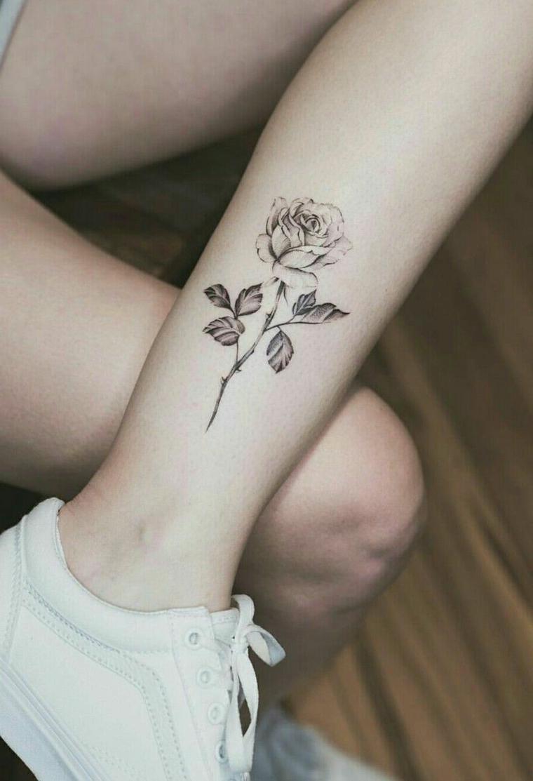 idea per un tattoo rose nere in stile tradizionale appena sopra la caviglia con gambo e foglie