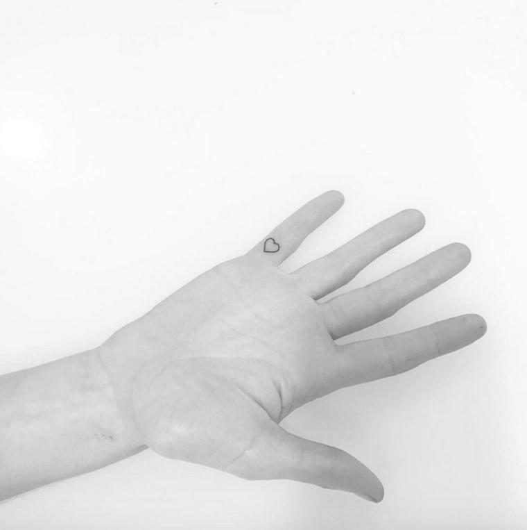 idea per tatuaggi piccoli belli, tattoo a forma di cuore nella parte interna del mignolo