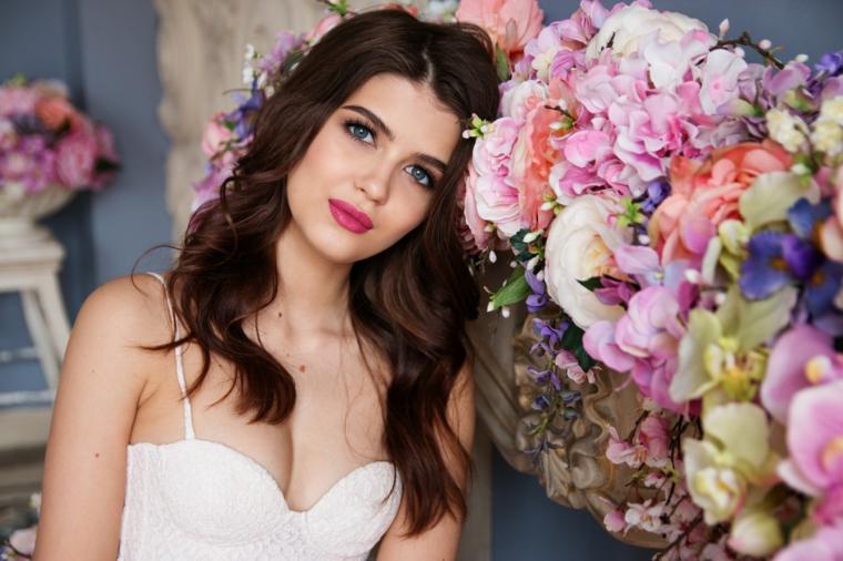 bellissima proposta per un trucco sposa con rossetto color ciliegia, occhi blu valorizzati dalla matita nera