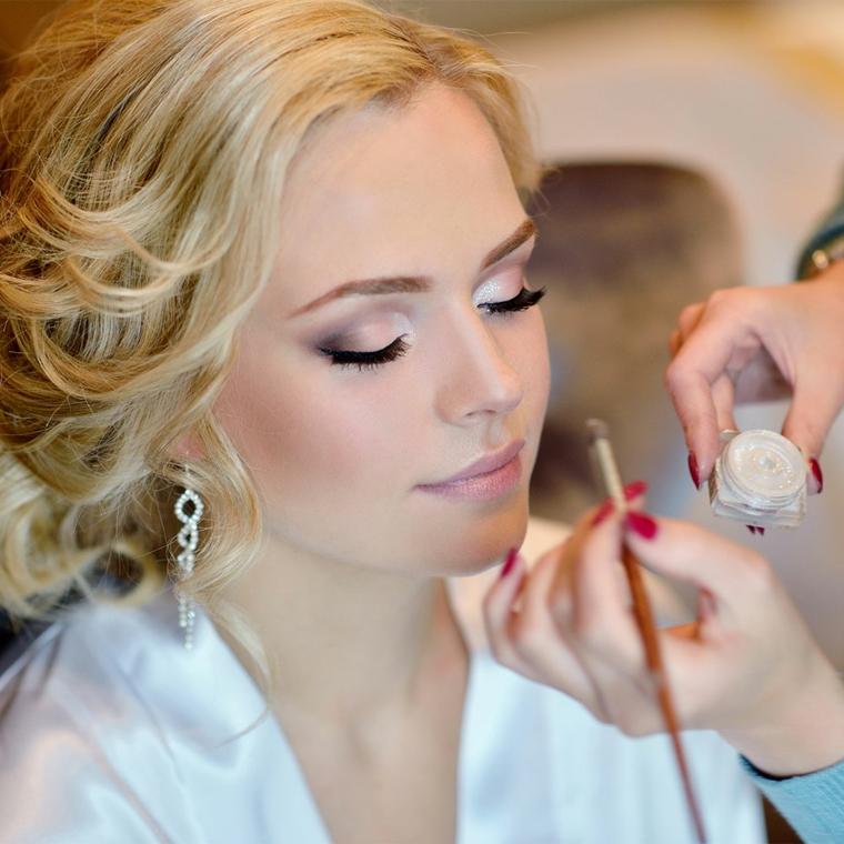 passaggio del tutorial trucco sposa con degli ombretti perlati di varie sfumature del rosa