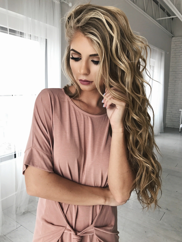 ragazza con un abito rosa antico e i capelli molto lunghi, idea per come fare onde morbide