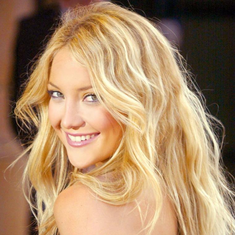 celebs con rossetto rosa chiaro, occhi azzurri e capelli lunghi biondi, piega capelli mossi
