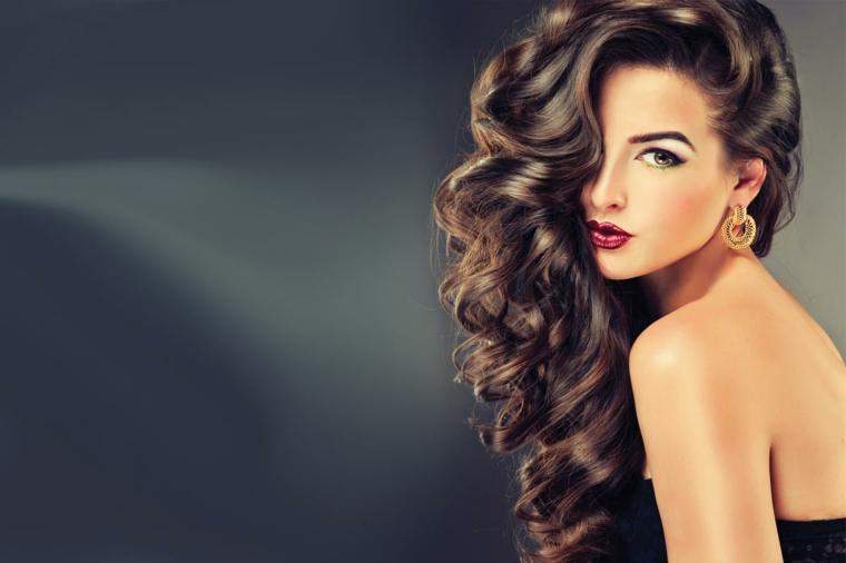 splendida immagine di una ragazza con i capelli castani, fare i capelli mossi