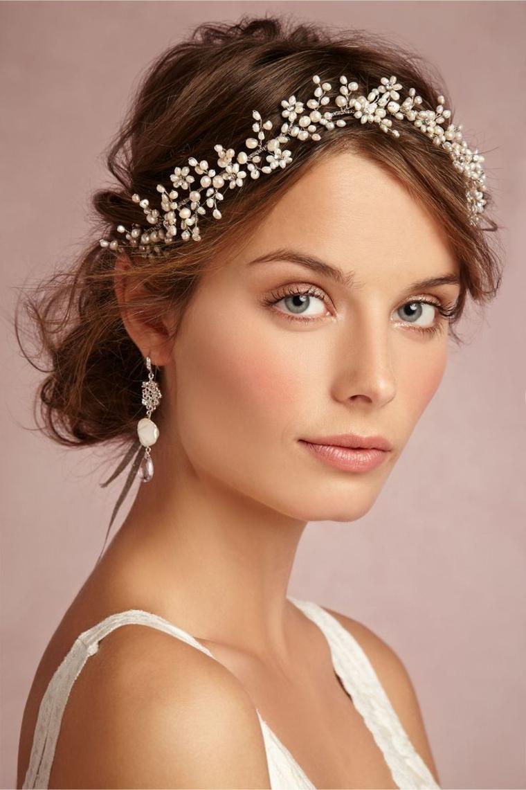 romantico look con una coroncina di perline bianche, fard pesca e rossetto color carne, trucco sposa leggero