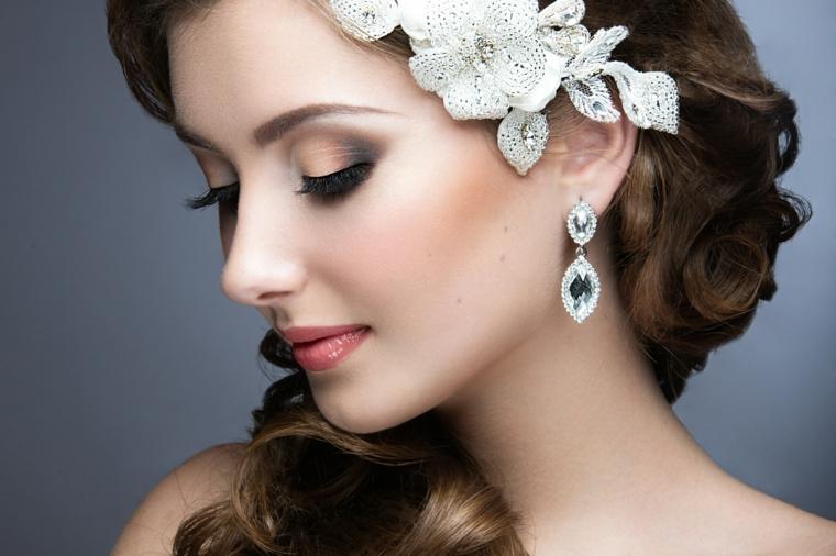 bellissimo esempio di make up sposa con ombretti sfumati di varie tonalità e rossetto color mattone