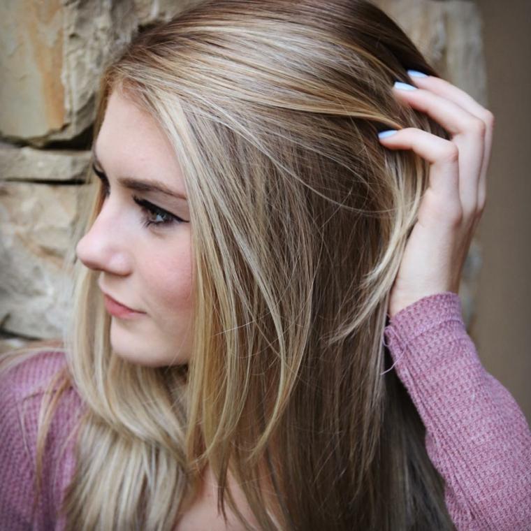 graziosa ragazza con i capelli lisci lunghi biondo platino e lo smalto azzurro